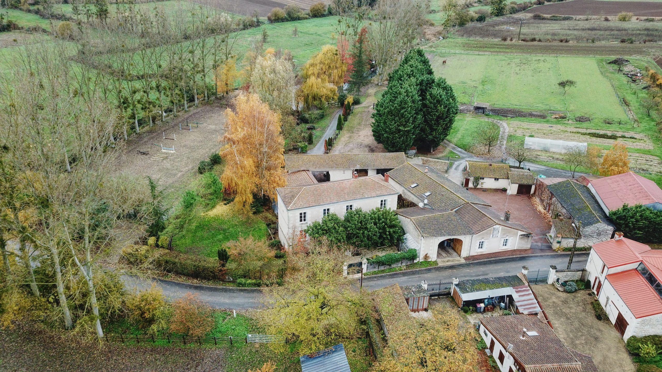 Ancien moulin du XVéme entièrement rénové avec écurie (86)