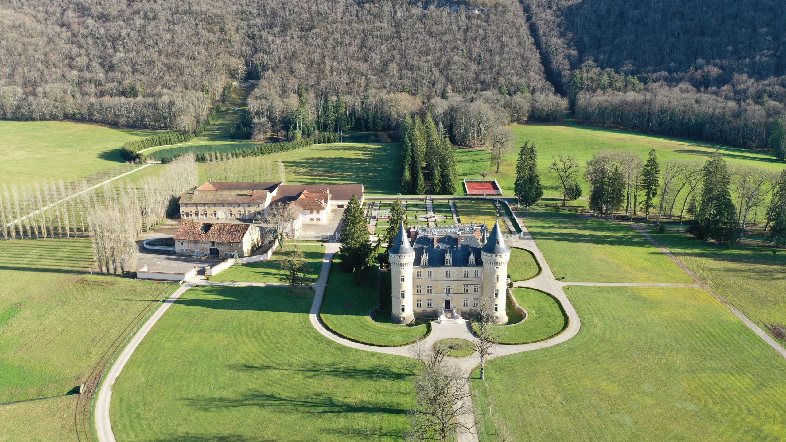 Joyau architectural avec installations équestres sur 132 ha (39)